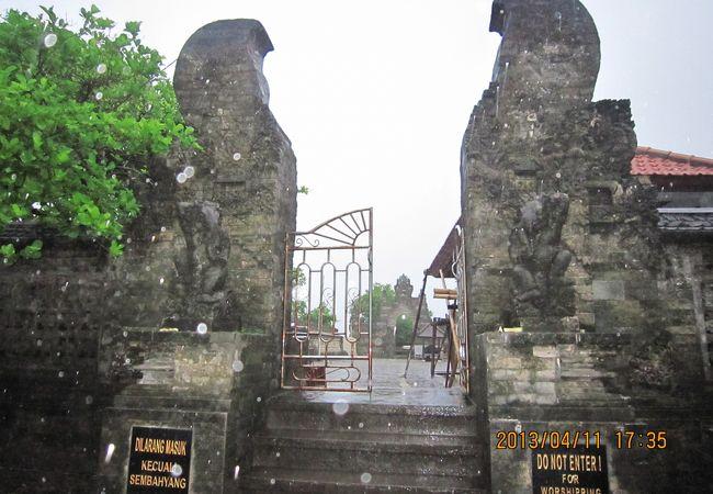 ここから先の寺院内部へは観光客は入れません