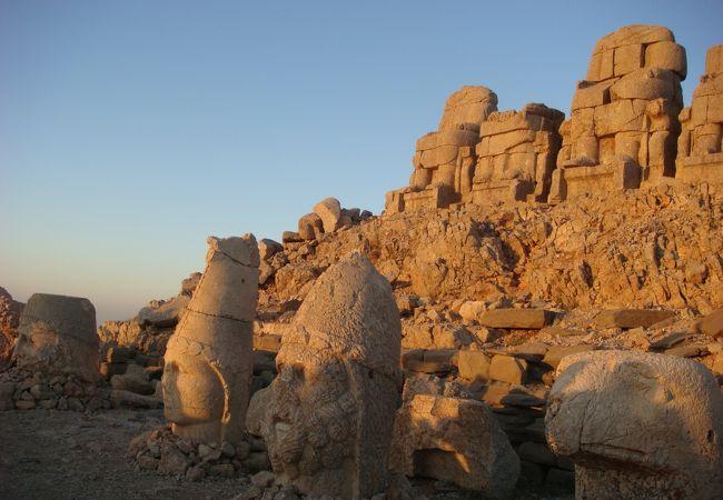 朝日を浴びる巨像たち