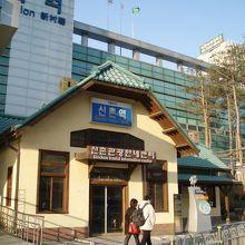 手前がかつての駅舎、奥の巨大な建物が現代の駅舎