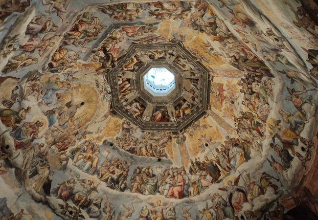 上る途中間近に見える、ドゥオモの天井