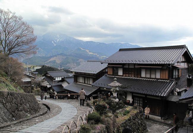 宿場と恵那山の風景