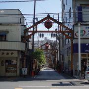 車道で繰り広げられる大道芸は圧巻で~す。横浜下町風情サイコ~