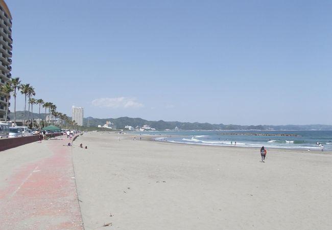 白い綺麗な砂浜と広い海原