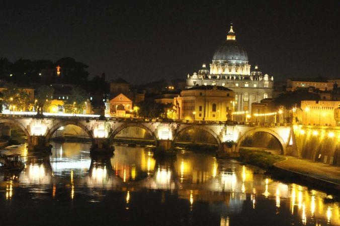 ローマ歴史地区、教皇領とサン パオロ フオーリ レ ムーラ大聖堂(イタリア)