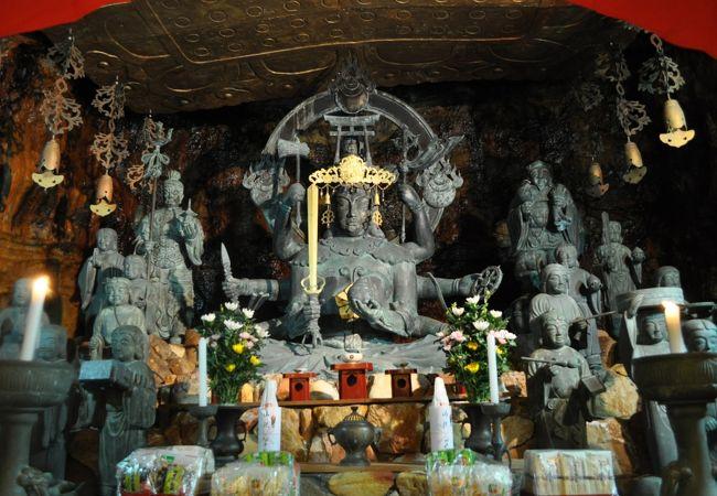 洞窟の中にある仏像
