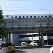 中を新幹線が通っています