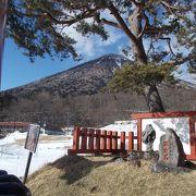中禅寺湖の湖尻の大鳥居のところにある不思議な形をした石