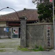伝統的沖縄の建築が素晴らしい「津嘉山酒造所」