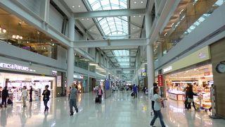 広くてきれいな空港、グルメやショッピングも楽しめます