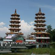 美しい2塔の仏教塔