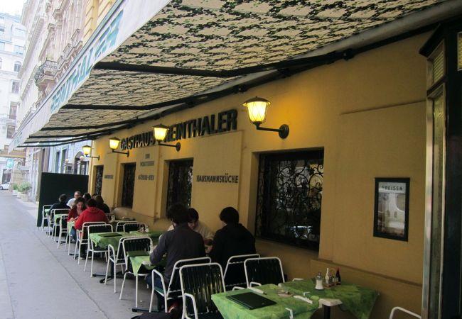 地元の人達が楽しく語らう庶民的なレストラン
