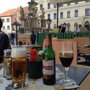 広場でのんびりビール