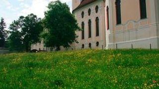 草原にたたずむ世界遺産の教会