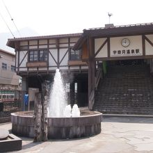 駅前に温泉噴水があり、街のシンボルです