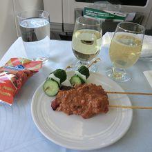 搭乗後、名物料理が出てきました