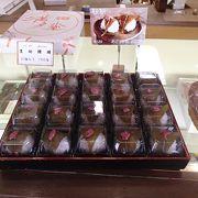桜餅は、餅をさくらの葉で包みこみ、そしてさくらの花びらを付けたそんな創作和菓子です。