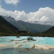 五彩池と山並みの間に存在する寺