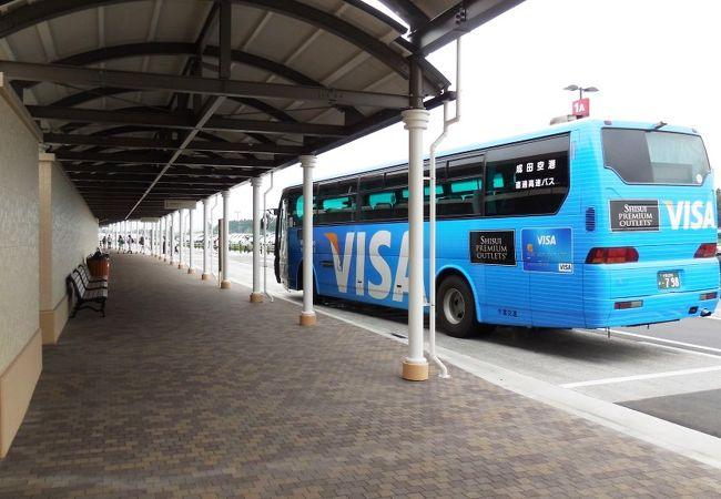 成田空港と結ぶシャトルバス、他のバスもここから出る。