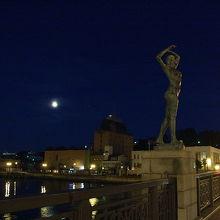 幣舞橋の美女と満月