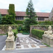 中世貴族の館をイメージした建物が目をひきます