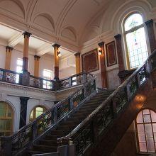 ステンドグラスと階段