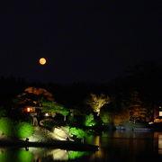 名園の池に中秋の名月を映してじっくり観賞できます。