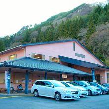 広い駐車場は観光時も利用可能