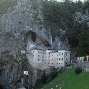 絶壁に貼りつくように建つ、鍾乳洞と一体化した古城