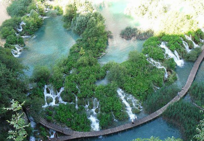 遊歩道沿いに連なる滝