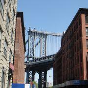 建物の間に大きな橋が見えます