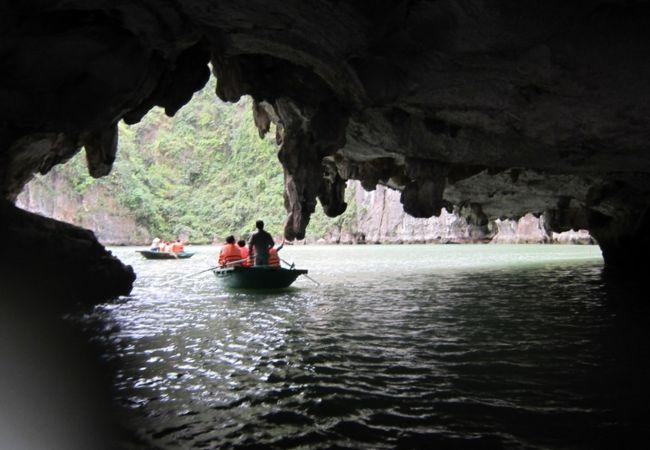 洞窟を抜けると湾に達する