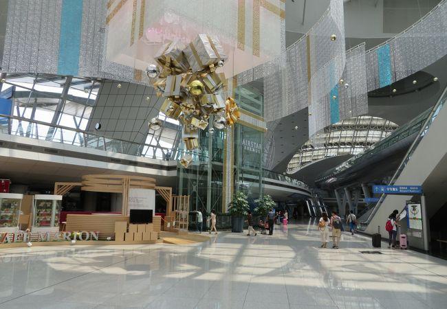 空港内の風景(高速鉄道駅のフロア)