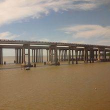 ポンチャートレイン湖の国道の橋