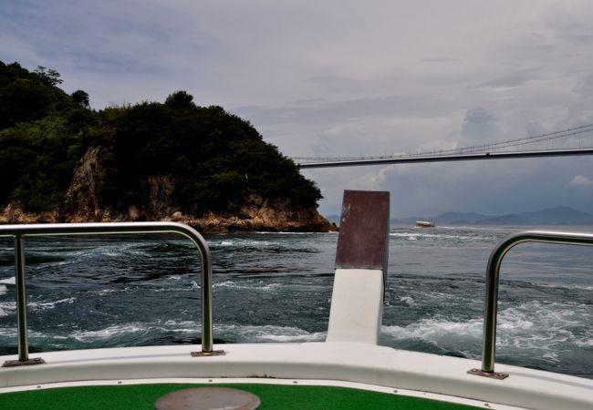 観潮船は渦のすぐ側までいく
