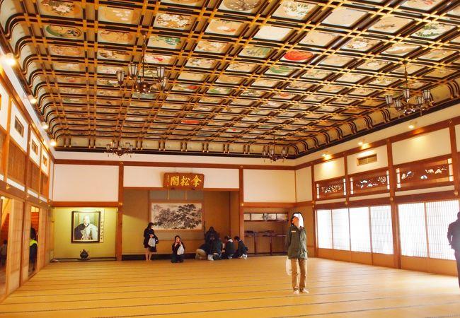 傘松殿の大座敷。天井画が素晴らしいです。