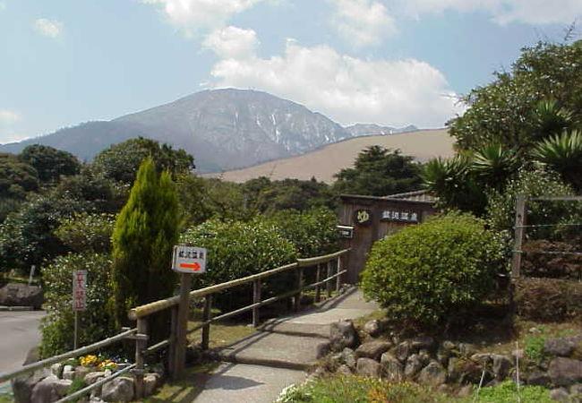 温泉入口。ここから眺める鶴見岳は絶景