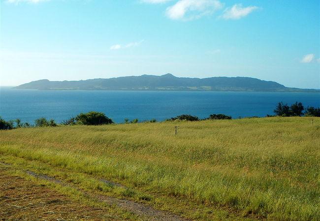 草原を先には名蔵湾も望めます。