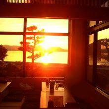 食堂にも、夕日がまともに射し込んでいました。