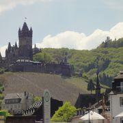 ネオゴシック様式のメルヘンチックな姿が印象的なお城