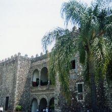重厚な宮殿