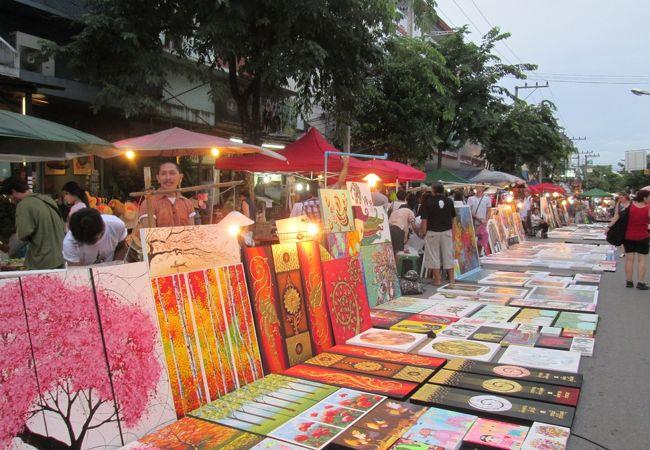 プラポックカオ通りでは魅力的な絵画などが沢山!