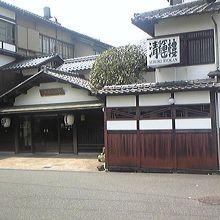 純和風な旅館の玄関