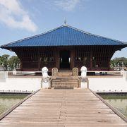 湖に浮かぶバワ建築の寺院