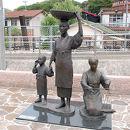 山幸彦とかつお節行商の像
