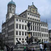 広場に面して建つ市庁舎とペルラッハの塔