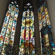 入口の彫刻とステンドグラスが美しい教会