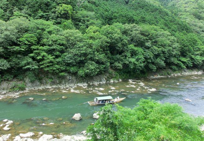 保津川下りの船に手をふります。