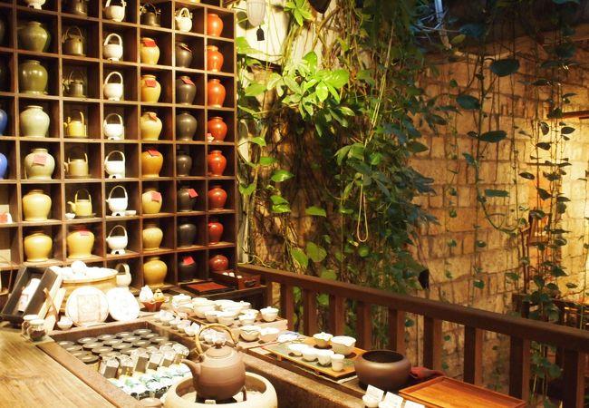 整然と並べられた茶器