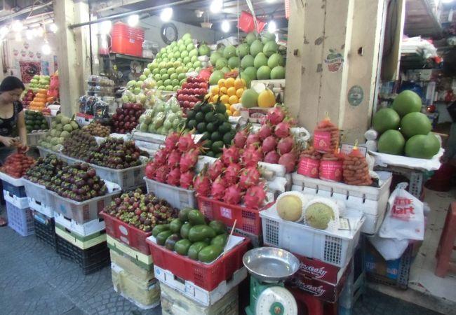 見事に積み上げられた果物