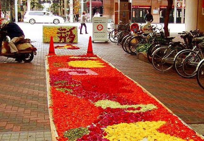 春の古町どんどんでは「花絵」展示もあり